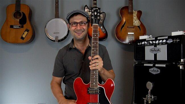 claudio cicolin con la sua chitarra rossa