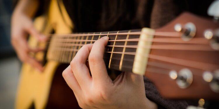 persona che suona la chitarra qualita prezzo