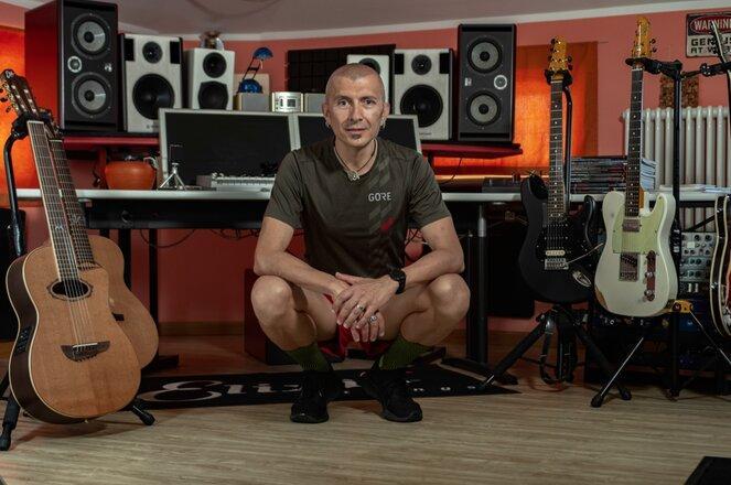 massimo varini nel suo studio di registrazione con le chitarre